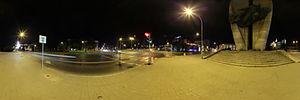 Spacer Wirtualny po Rzeszowie, Sokoła, Rzeszów - Panoramy (Pomnik Czynu Rewolucyjnego nocą) :: Zdjęcia na mapie Targeo